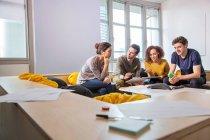 Цифровая дизайнеров на офис диван — стоковое фото