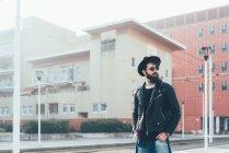 Hipster in attesa alla stazione del tram della città — Foto stock
