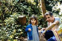 Padre e bambina godendo passeggiata nella natura — Foto stock