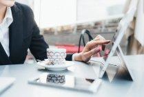 Geschäftsfrau, die mit digitalen tablet — Stockfoto