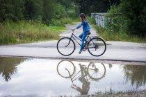 Teenage girl cycling — Stock Photo
