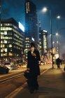 Безробітна жінка користується мобільним телефоном. — стокове фото