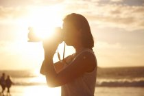 Молодая женщина фотографирует вид — стоковое фото