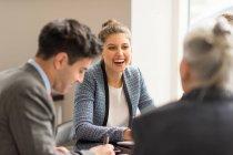 Бизнесмен встречается с коллегами-женщинами — стоковое фото