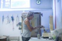 Ältere Frau in der Keramikwerkstatt — Stockfoto