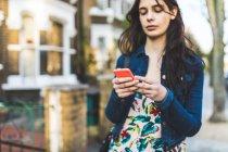 Jeune femme se promenant dans la rue — Photo de stock