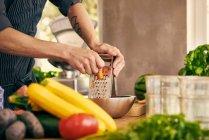 Шеф-кухар грати морква — стокове фото