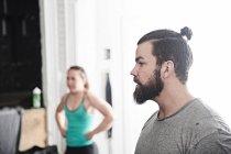 Paar in cross-training Fitness-Studio — Stockfoto