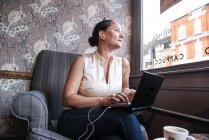 Businesswoman in coffee bar — Stock Photo