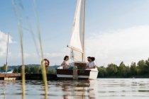 Trois amis de détente sur le bateau à voile — Photo de stock