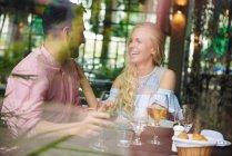 Jovem mulher com namorado — Fotografia de Stock