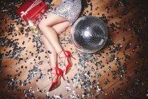 Жінка лежить на підлозі сторін — стокове фото