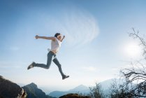 Woman jumping, Sequoia National Park — Stock Photo