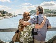 Anziani coppia visite guidate insieme — Foto stock