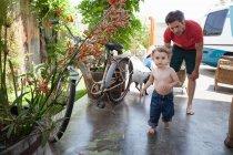 Син працює на внутрішній дворик — стокове фото