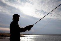 Pêche dans le lac encore l'homme — Photo de stock