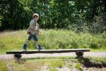 Caminar sobre Banco de madera chico - foto de stock