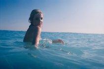 Femme assise dans l'eau — Photo de stock