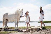 Дівчата з кіньми на піщаному пляжі — стокове фото