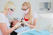 Lavorando su pazienti denti dentisti — Foto stock