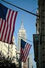 Banderas americanas colgando del edificio - foto de stock