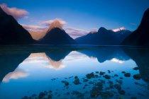 Montagnes, reflétés dans le lac encore — Photo de stock