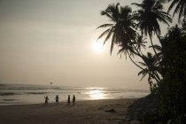 Meninos jogando futebol na praia — Fotografia de Stock