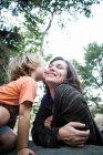 Hijo besar madre en bosque - foto de stock
