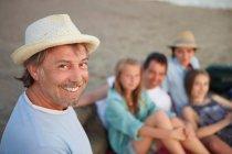 Lächelnder Mann mit Familie — Stockfoto
