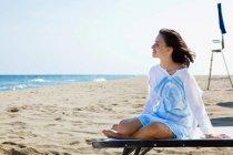Jeune femme décontractée à la plage — Photo de stock