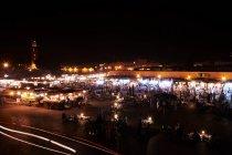 Costruzioni di mercato urbano alla notte — Foto stock
