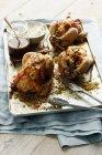 Vassoio di polli arrostiti farciti — Foto stock