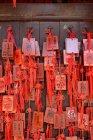 Buste rosse cinesi legato a muro — Foto stock