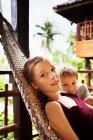 Bambini che posano in amaca — Foto stock