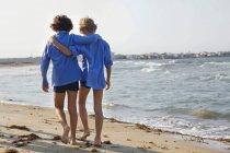 Boys walking on beach — Stock Photo