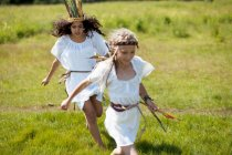 Девушки в костюмах бегают по полю — стоковое фото