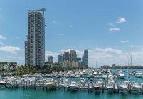 Liegeplätze Yachten und Eigentumswohnungen — Stockfoto