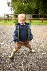 Мальчик, стоящий на тропинке — стоковое фото