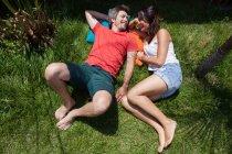 Casal deitado na grama — Fotografia de Stock