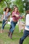 Enfants qui jouent ensemble sur l'arrière-cour — Photo de stock