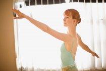Ballerino di balletto davanti alla finestra — Foto stock