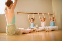 Girls stretching in ballet class — Stock Photo