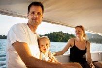 Sourire de détente familiale en bateau — Photo de stock