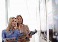 Unternehmerinnen mit Whiteboard im Büro — Stockfoto