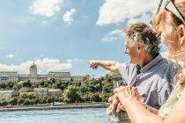 Coppia ammirando castello da ponte — Foto stock