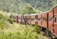 Passeggeri che si appoggia su treno — Foto stock