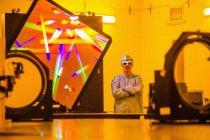Вчений, стоячи в оптичних науково-дослідна лабораторія — стокове фото