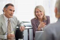 Geschäftsleute sitzen im büro — Stockfoto