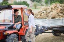 Agriculteur dans camion parler à femme — Photo de stock