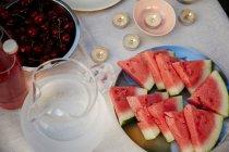 Кавун фрагменти і вишня на стіл — стокове фото